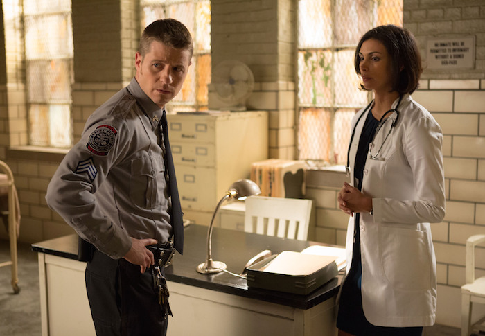 """James Gordon (Ben McKenzie, L) consults Dr. Leslie Thompkins (guest star Morena Baccarin, R) about a case in the """"Rogues' Gallery"""" episode of GOTHAM airing Monday, Jan. 5 (8:00-9:00 PM ET/PT) on FOX. ©2014 Fox Broadcasting Co. Cr: Jessica Miglio/FOX"""